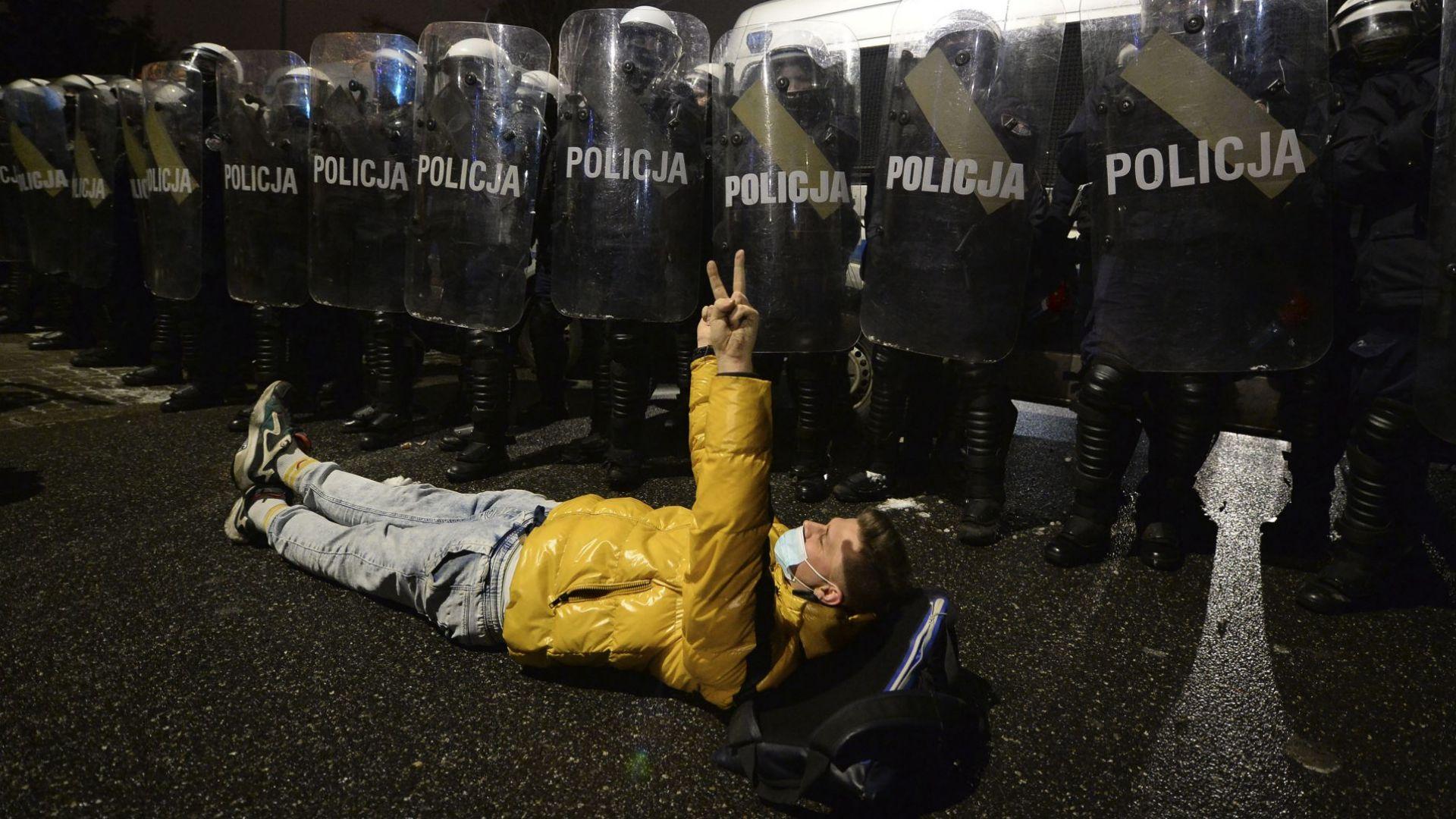 Пуснаха сълзотворен газ на протестиращите срещу забраната за аборт в Полша (снимки)