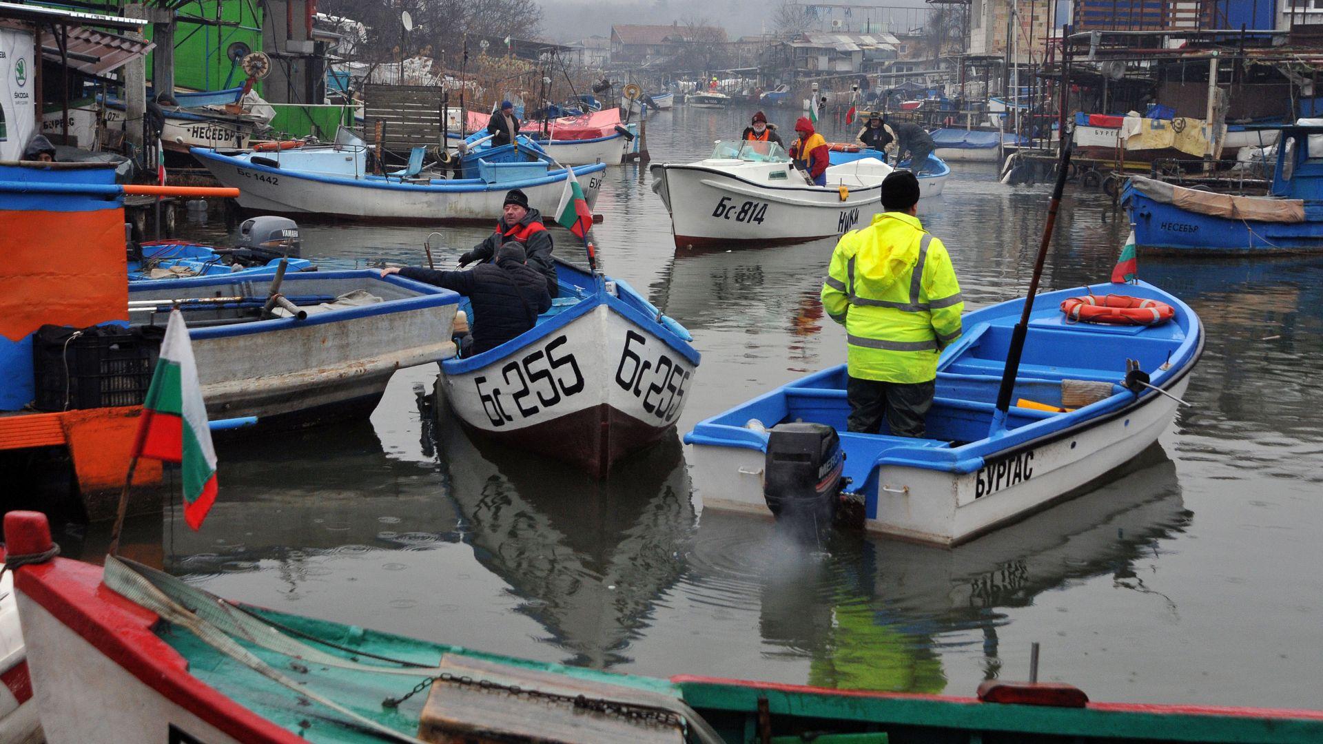 """Мълчалив протест с лодки на рибари от """"Ченгене скеле"""" (снимки)"""