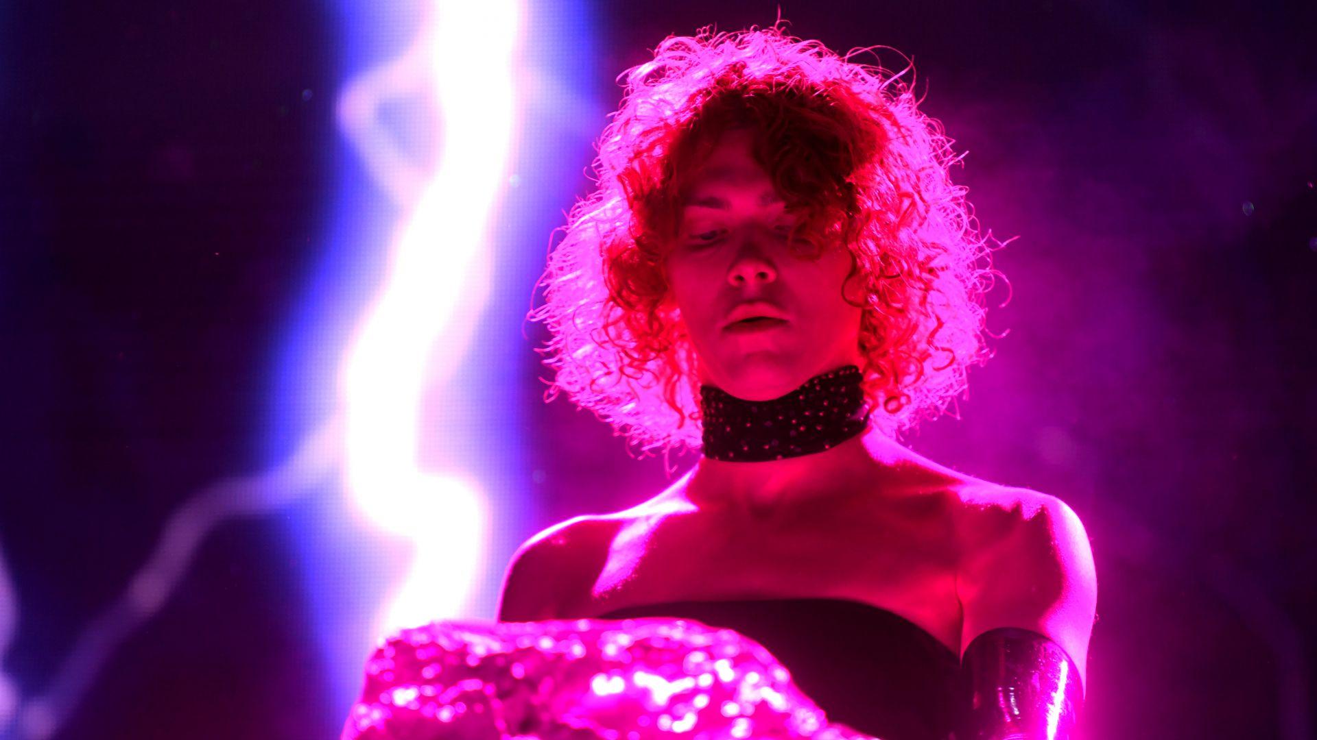 Шотландската певица, диджей и продуцент Софи почина при инцидент едва на 34 г.