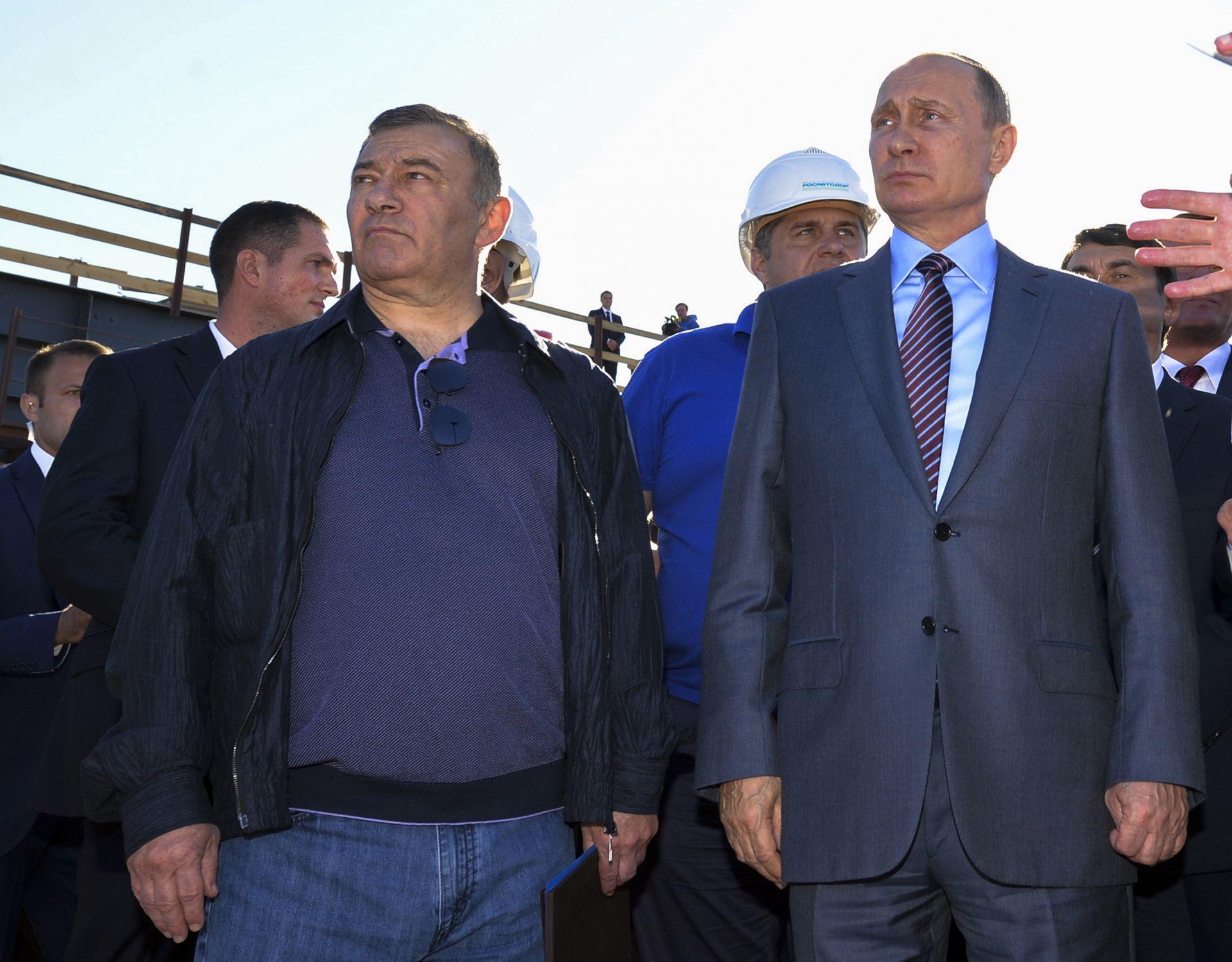 15 септември 2016 година - бизнесменът и президентът рамо до рамо  по време на посещение на строителната площадка на моста Керченски пролив в Крим