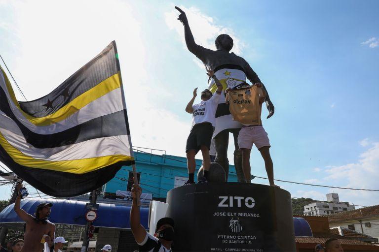 Хиляди се струпаха около стадиона на Сантос и статуите на Зито, Пеле и останалите герои на клуба, още далеч преди мача