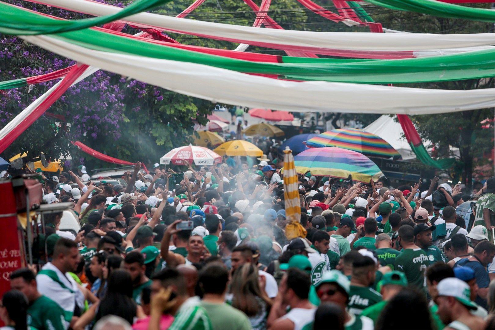 Карнавал със сълзи, но от радост - няколко огромни квартала на многомилионния Сао Пауло бяха изцяло в зелено около мача, а след победата на Палмейрас настана еуфория