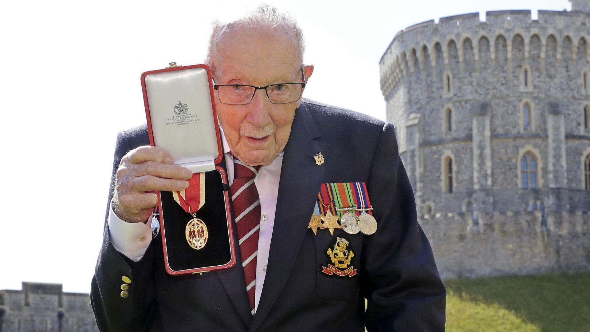 100-годишният ветеран Том Мур е приет в болница с Covid-19
