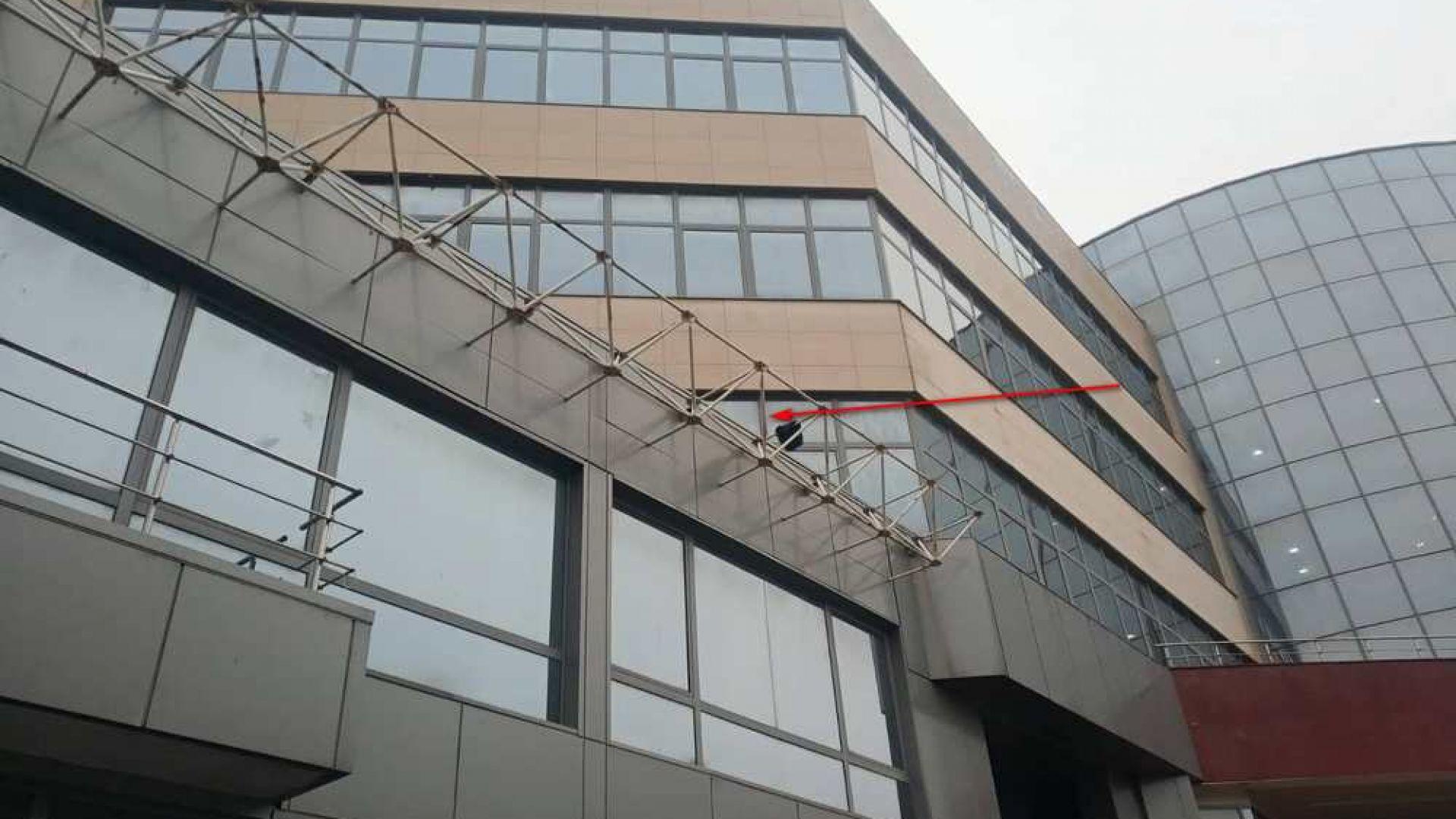 Млад мъж падна от третия етаж на Бургаския свободен университет