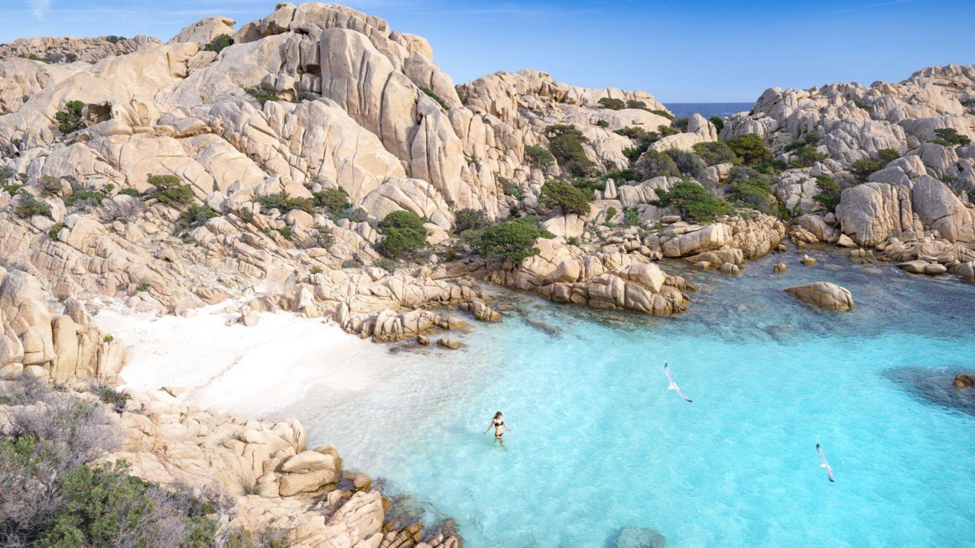 Безлюден плаж в закътан залив на остров Сардиния