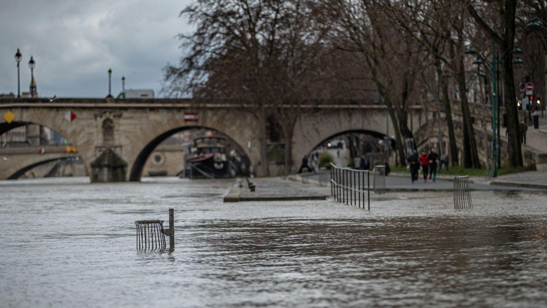 От няколко дни над Париж има обилни валежи от дъжд