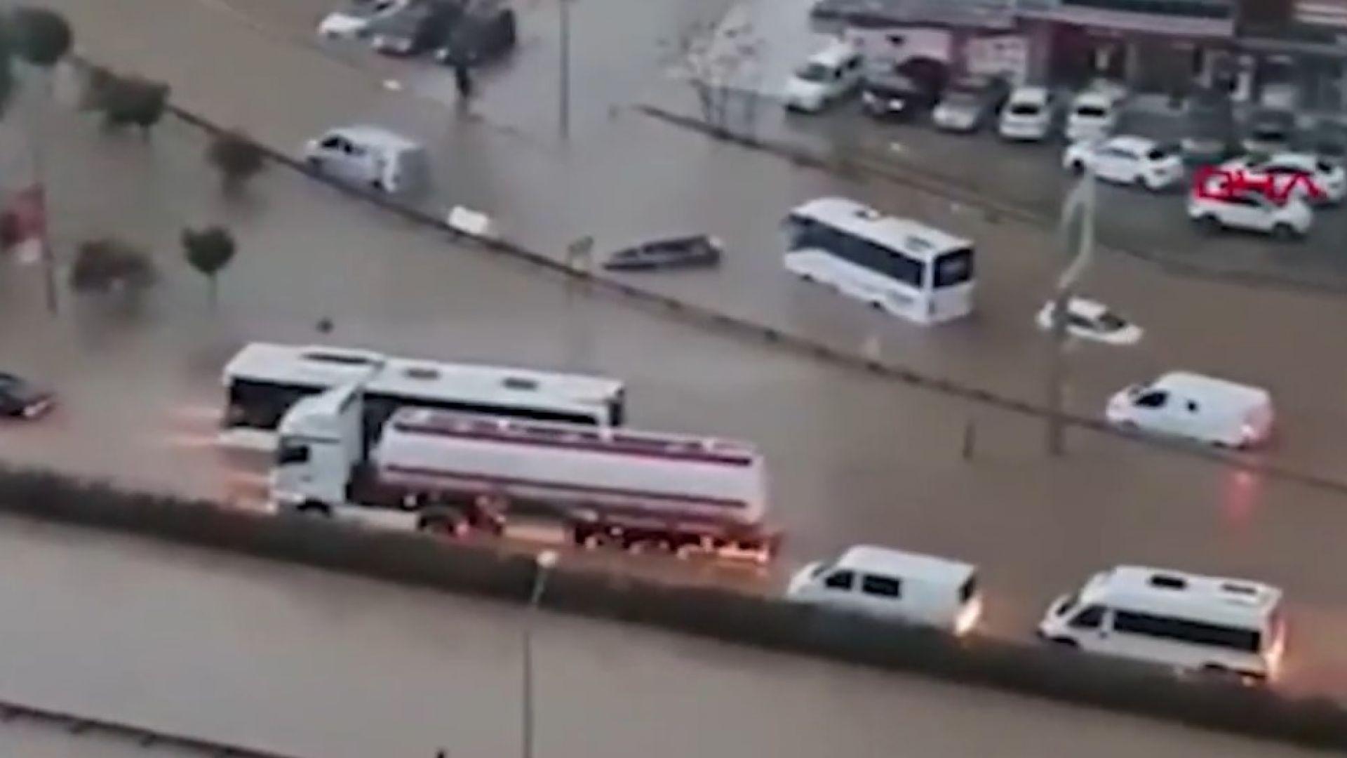 Потопи в Гърция и Турция, Измир е под вода (видео)