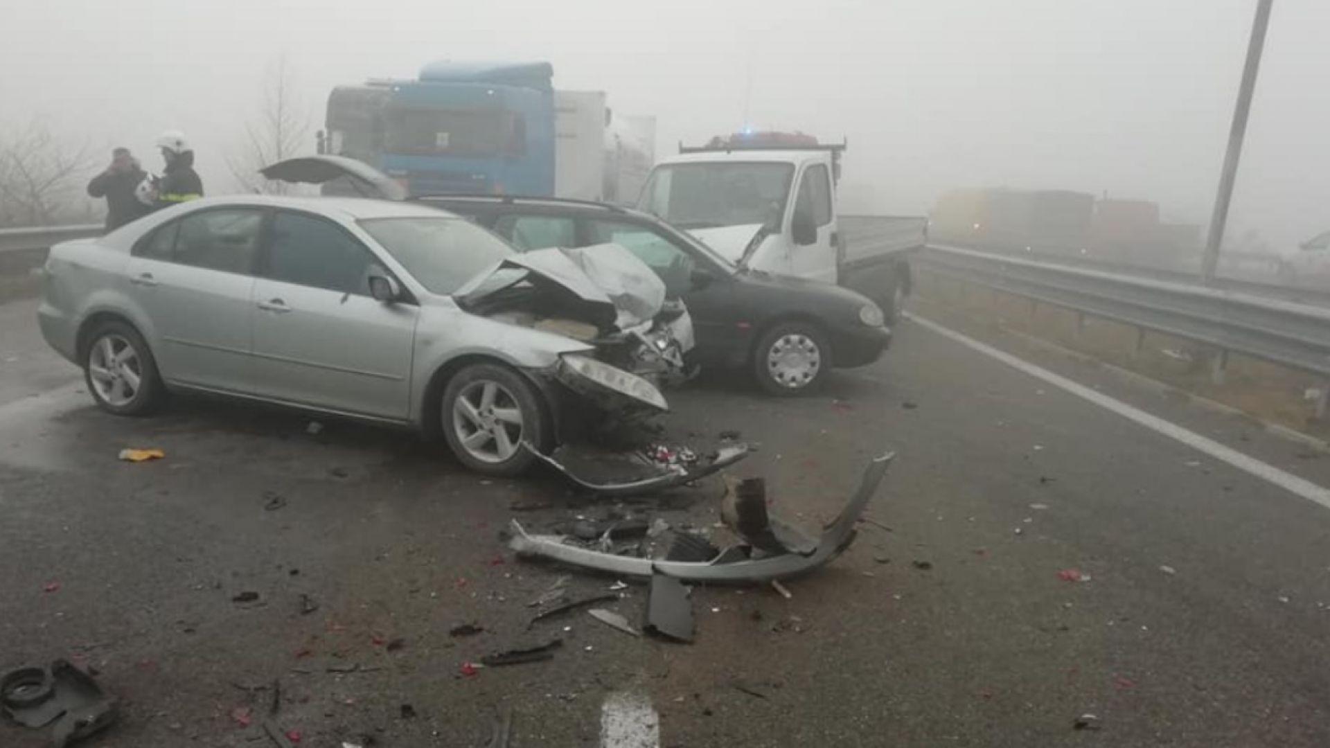 """Сблъсък на 7 коли, 2 буса и ТИР затвори магистрала """"Струма"""" край Сандански"""