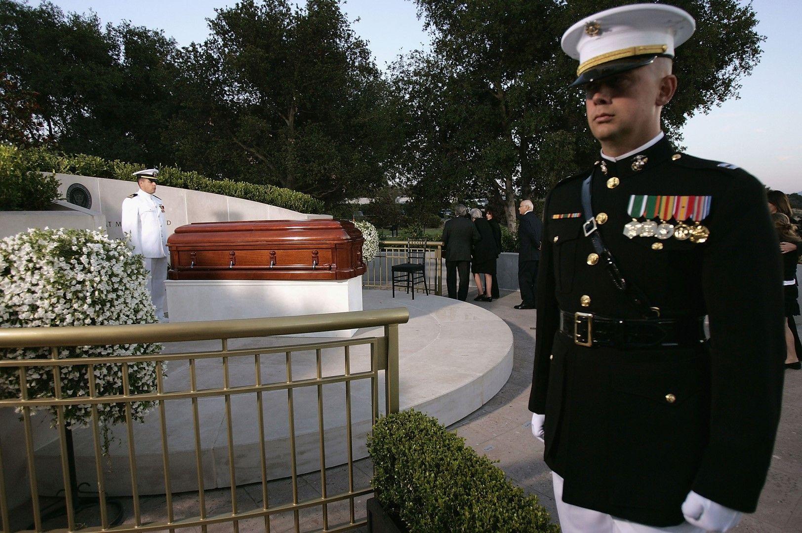 Роналд Рейгън е погребан в президентската библиотека, носеща името му