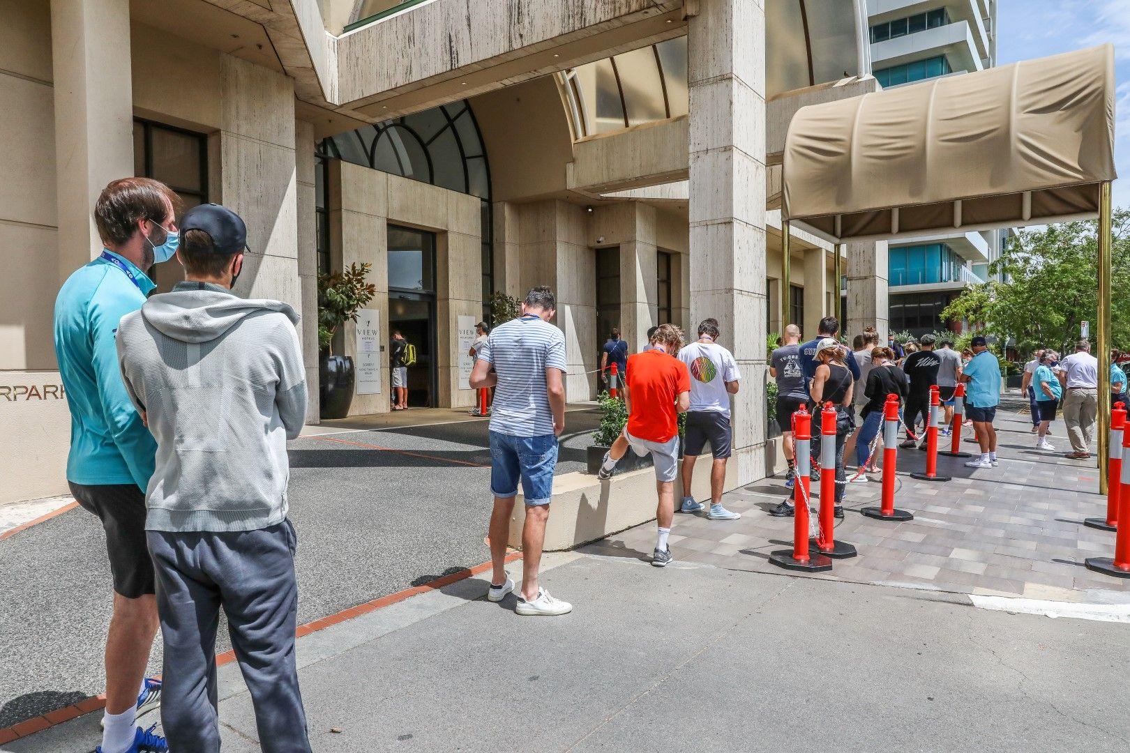 Опашки за тестове пред един от хотелите в Мелбърн от хора, свързани с турнира