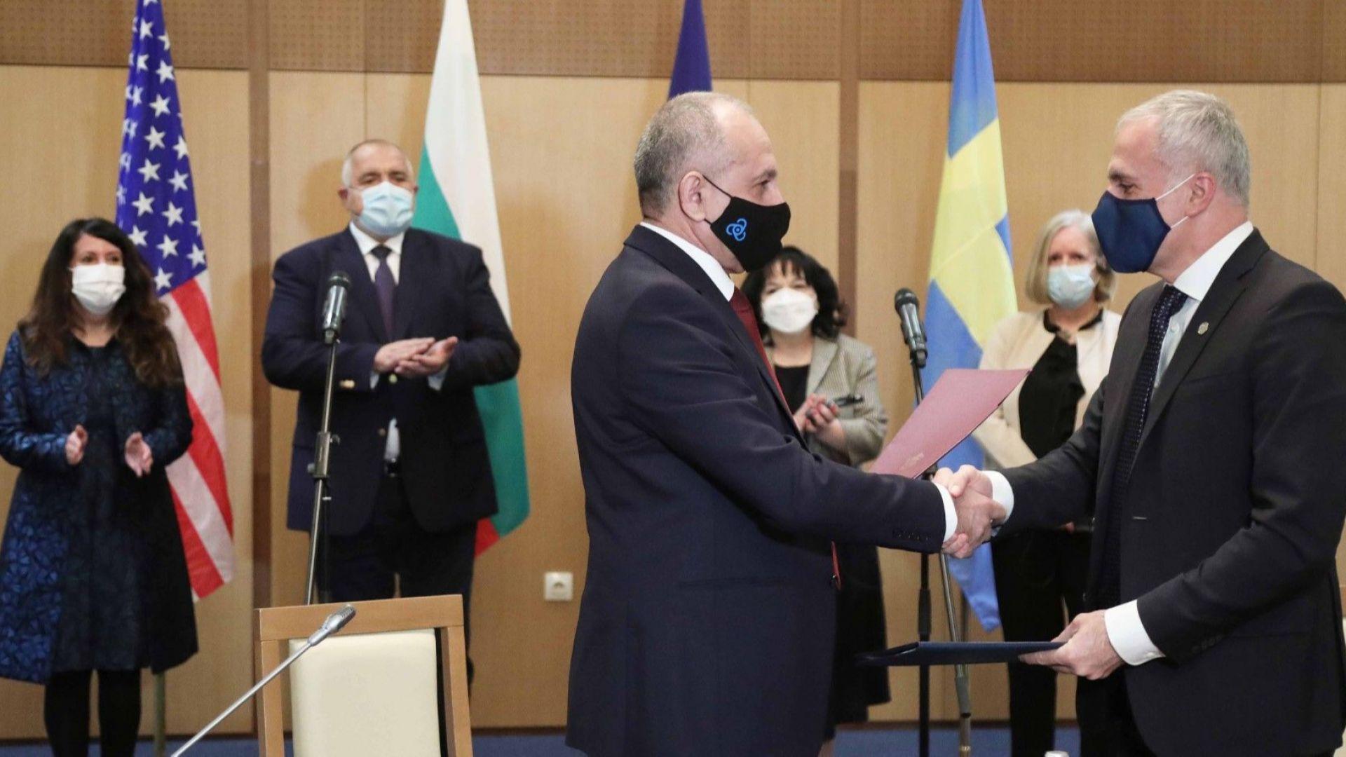 """Договорът бе подписан от изпълнителния директор на АЕЦ """"Козлодуй"""" Наско Михов и вицепрезидента и управляващ директор на """"Уестингхаус Електрик Швеция"""" Азис Даг"""