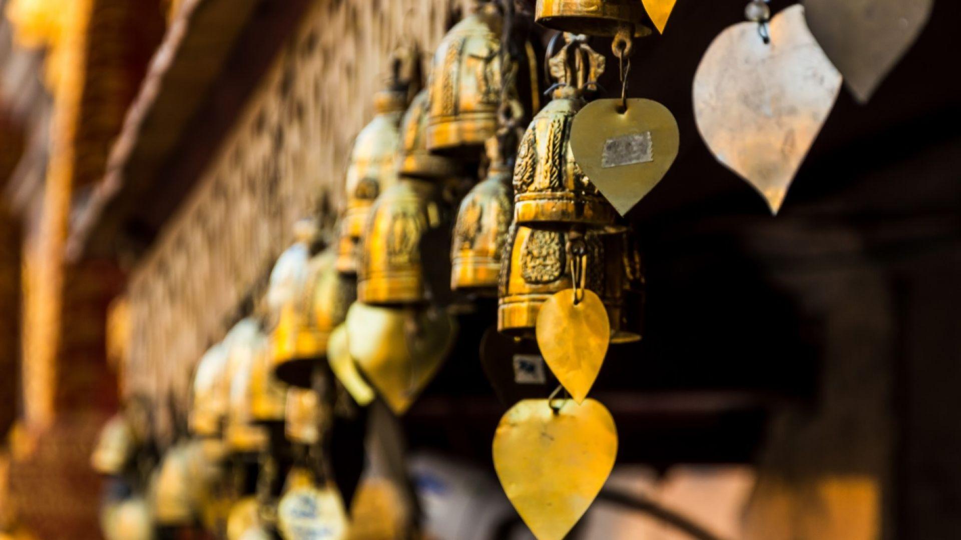 Звънчетата в будистките храмове напомнят на посетителите да бъдат тук и сега.