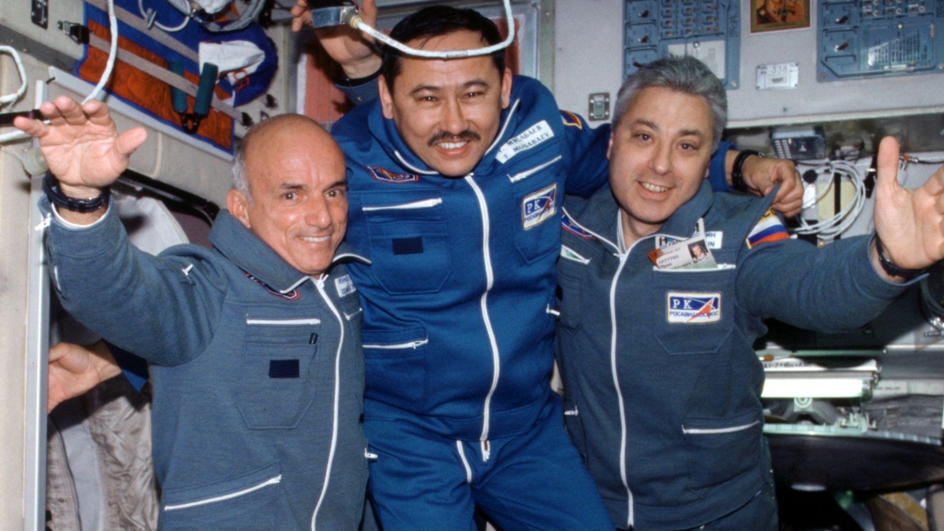 Денис Тито, най в ляво, е първият космически турист