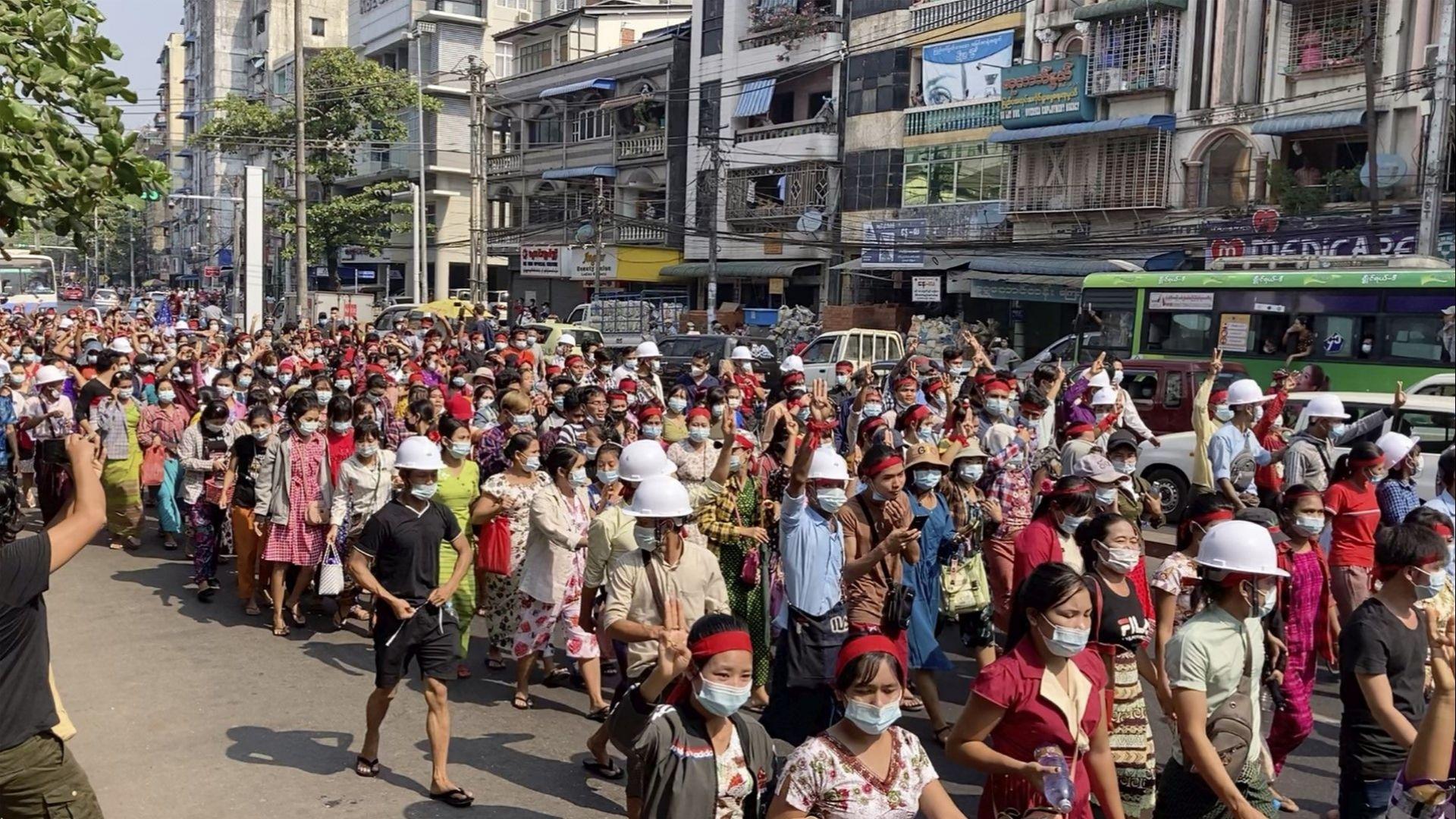 Стотици протестираха в Мианмар срещу преврата
