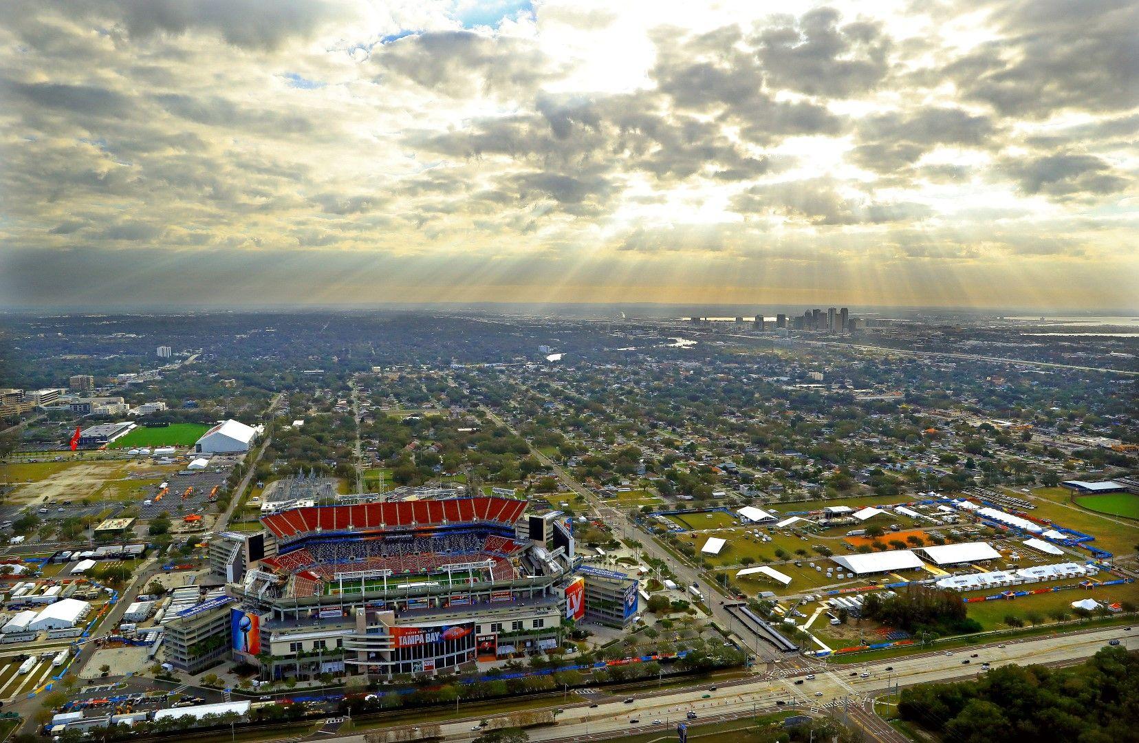 """Стадион """"Реймънд Джеймс"""" - изключително красив в цветовете си, чака Супербоул."""
