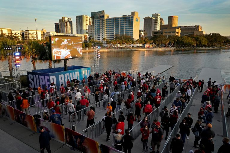 Тампа се готви за финала - логото на Супербоул е навсякъде, партита все пак има, макар и с ограничения, а местните се надяват, че Брейди ще им донесе титлата