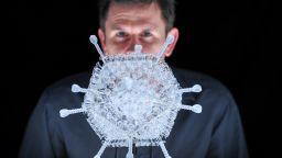 """Направиха стъклена скулптура на ваксината на """"Астра Зенека"""""""