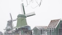 Снежни бури в САЩ и Европа - в Нидерландия за първи път от 10 г., силен вятър и у нас (снимки)