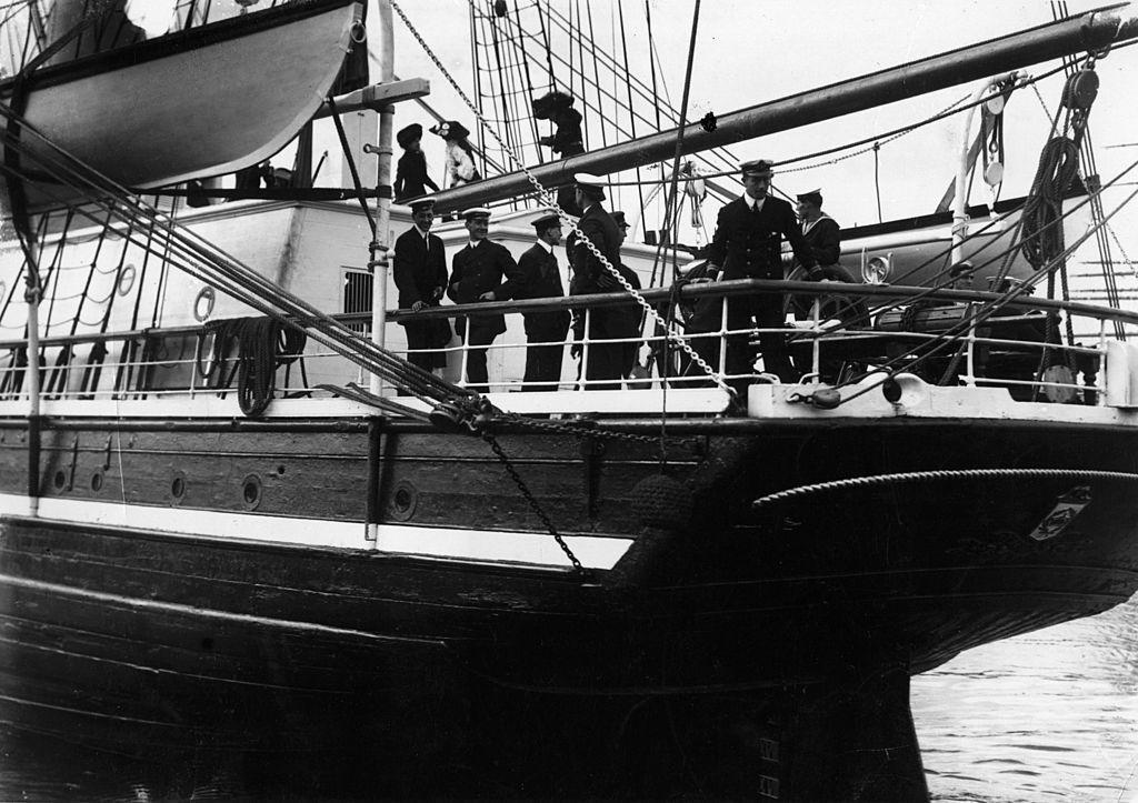 """Капитан Скот и неговите хора точно преди отплаването на кораба """"Тера Нова"""" през юни 1910 г."""