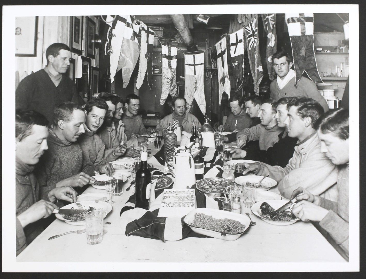 Робърт Фалкън Скот празнува рождения си ден в Антарктида