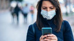 Гърция въвежда носенето на двойна предпазна маска в някои райони