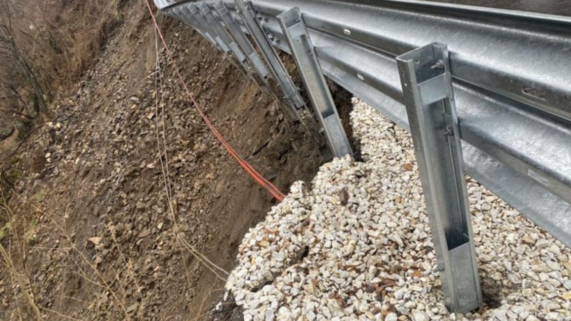 Пропадна част от подпорна стена по пътя Кричим - Девин