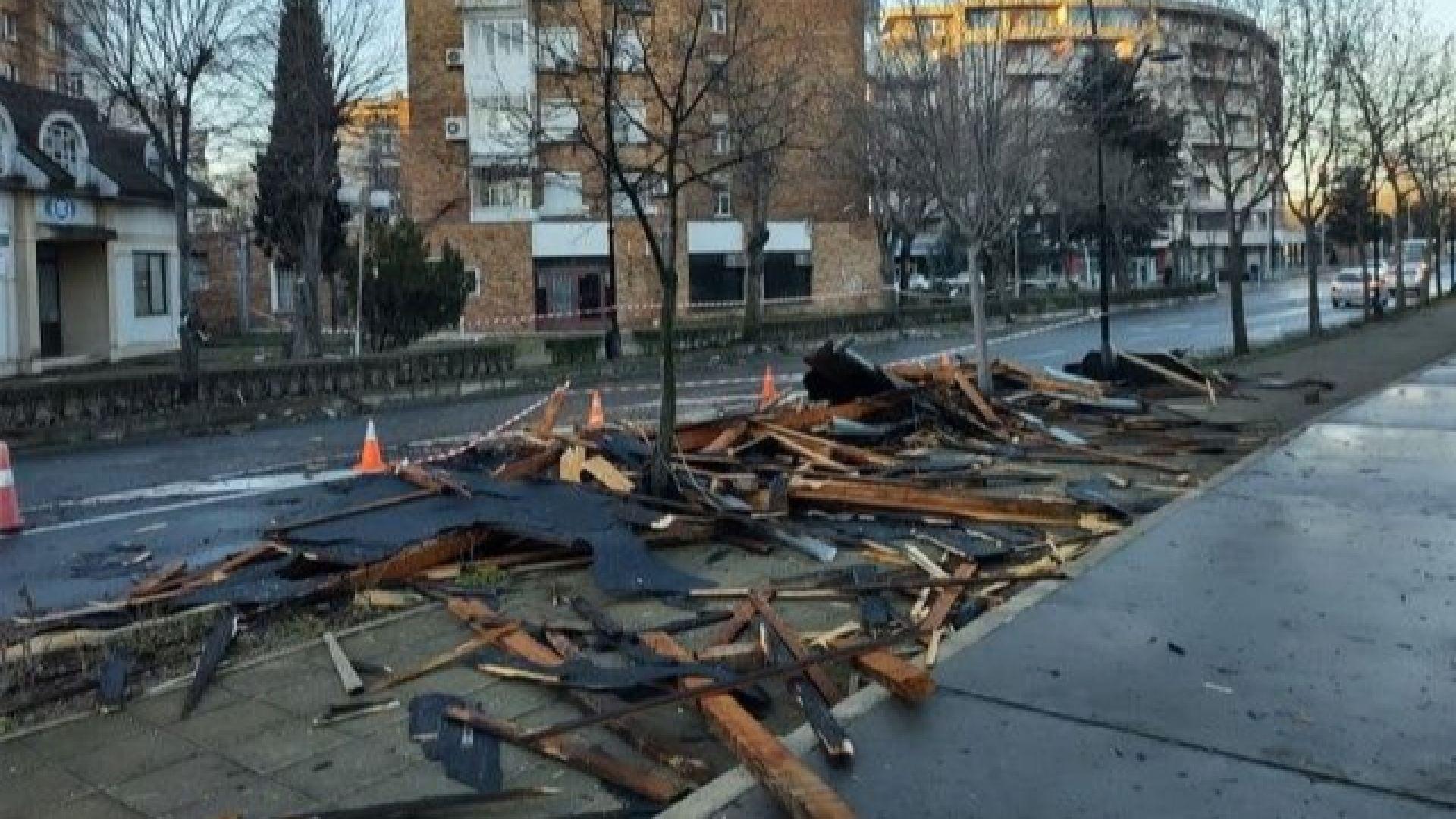 Ураганен вятър премина през Югоизточна България, в Несебър срути част от покрив на блок