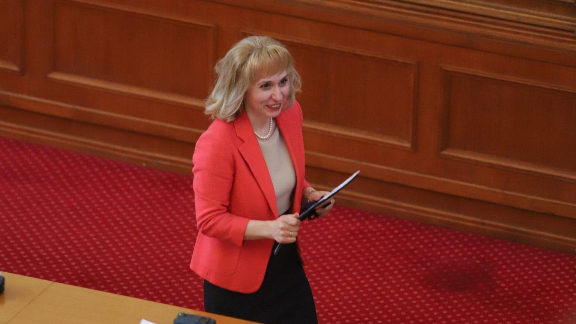 Ковачева: Изпитите след 4. и 10. клас са излишни и опасни в пандемия