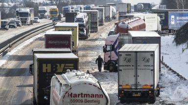 Снежни неволи в Европа: 37 км опашка от автомобили на магистрала (снимки и видео)