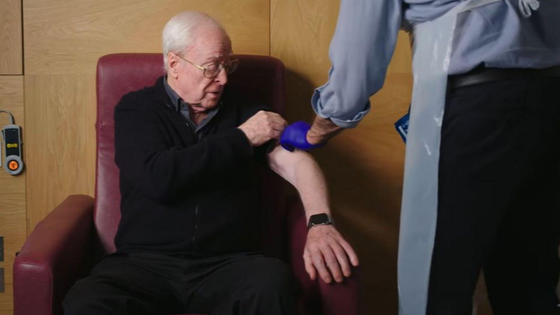 Елтън Джон и Майкъл Кейн в комичен рекламен клип за ваксинацията срещу COVID-19