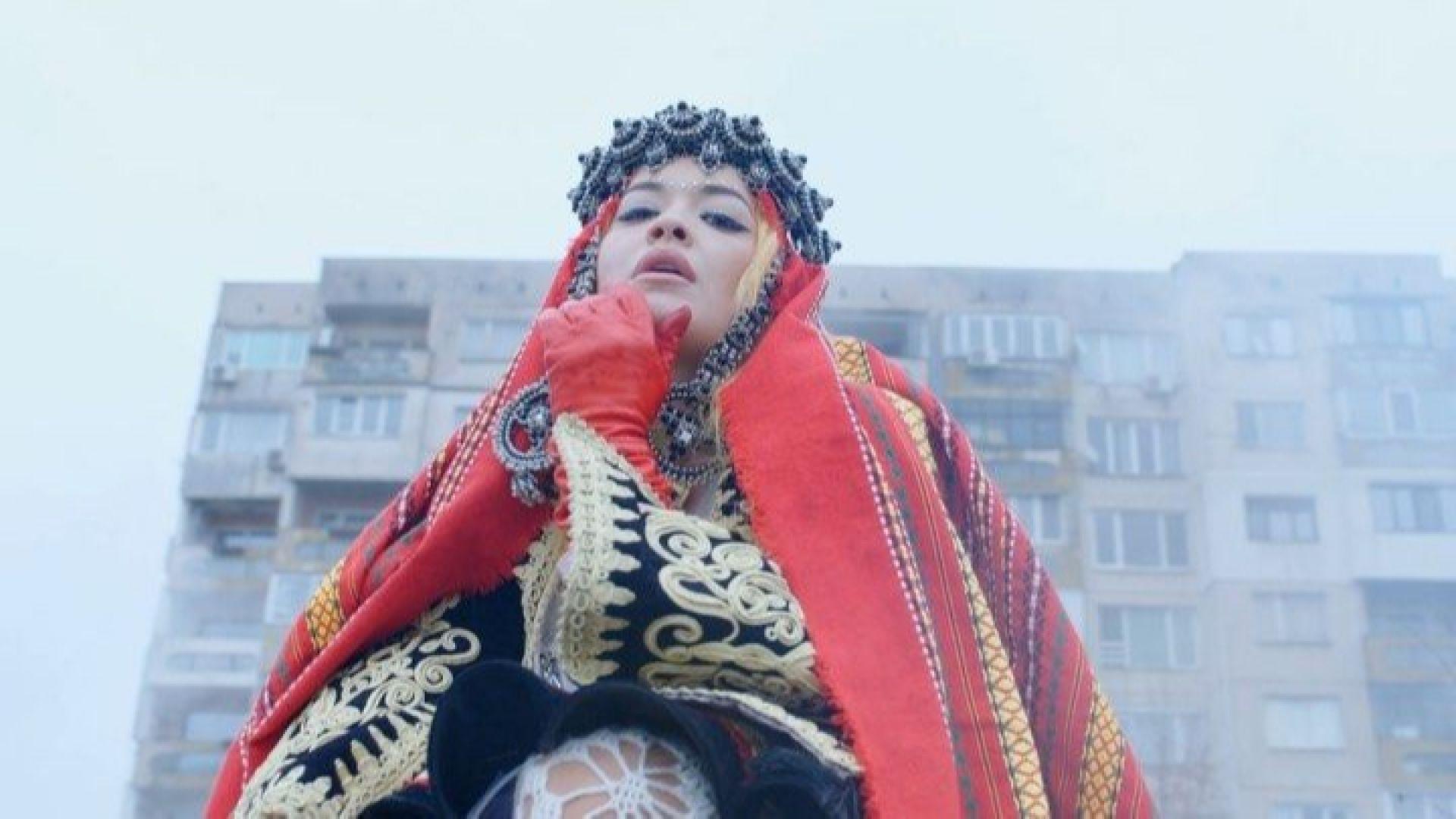 Рита Ора се появи в албанска народна носия в Перник (видео)