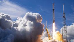 SpaceX изстреля за 10-и път една и съща първа степен