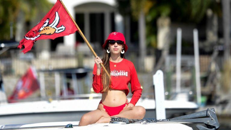 Тампа с култов шампионски парад по вода, пийналият Брейди едва не хвърли трофея в реката (Снимки)