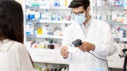 Лекарства срещу COVID-19 липсват в аптеките, безплатните изчезват, защото се изнасят
