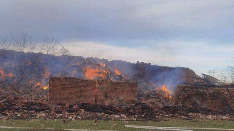 Пожар в селско стопанство изпепели храната на близо 1000 животни