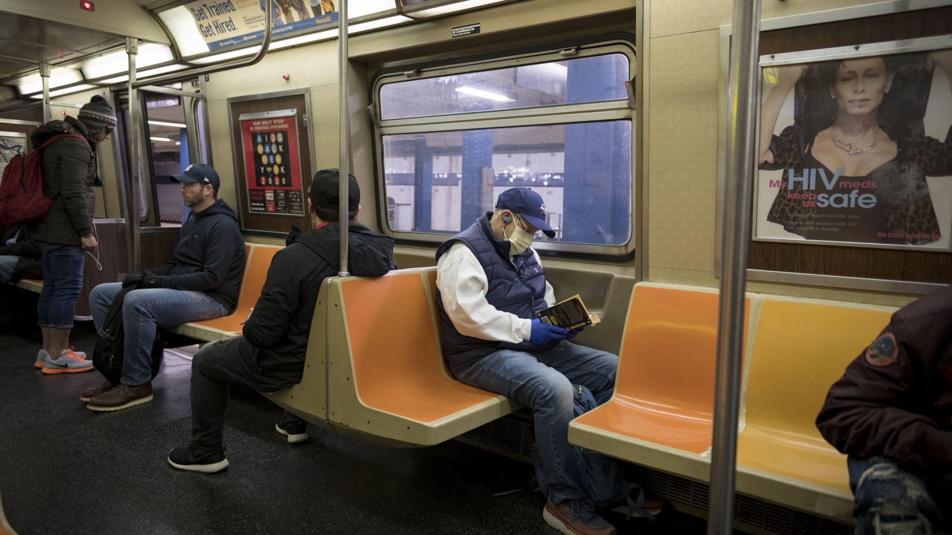 В метрото на Ню Йорк звучат съвети за маските от известни личности