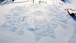 Гигантска снежинка нарисуваха финландци в снегоходки