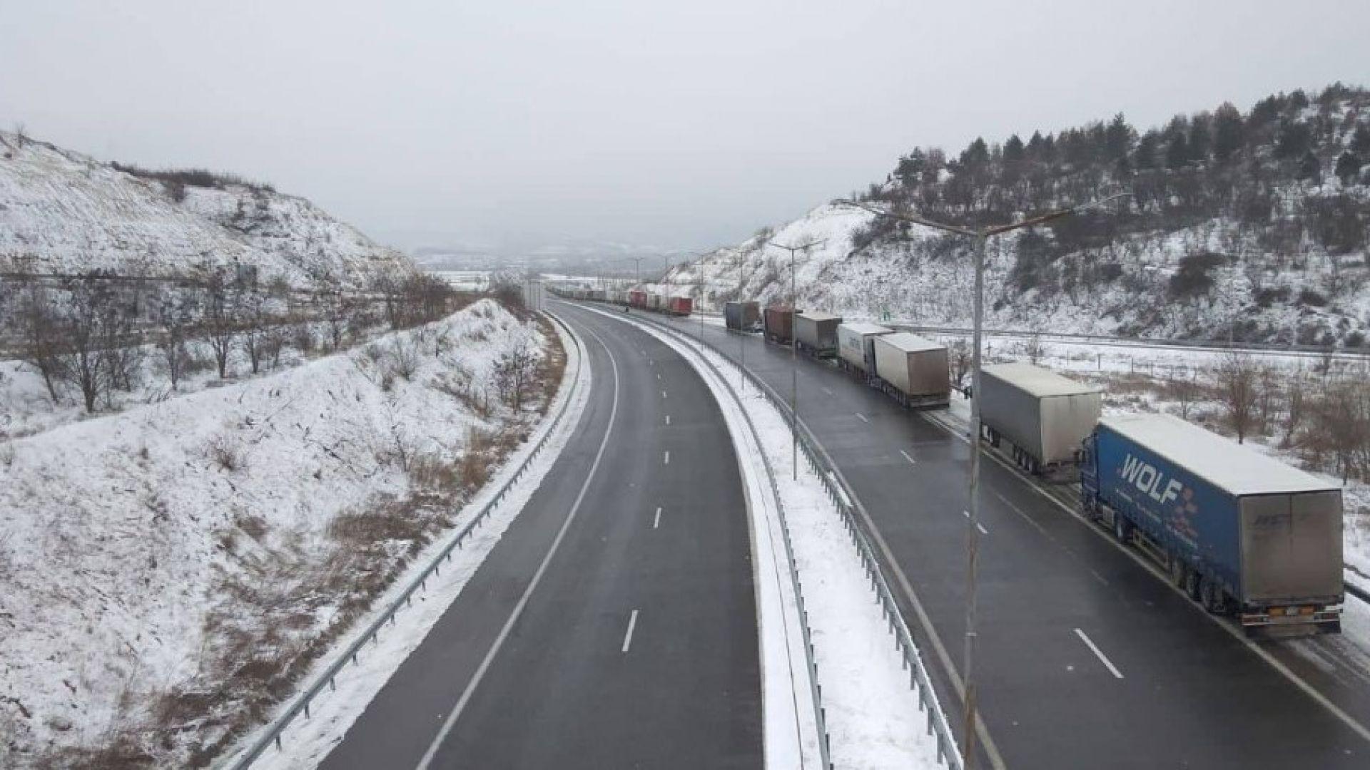 """В плен на снега: Пуснаха частично тирове през """"Кулата"""", затвориха """"Гюешево"""" (снимки)"""