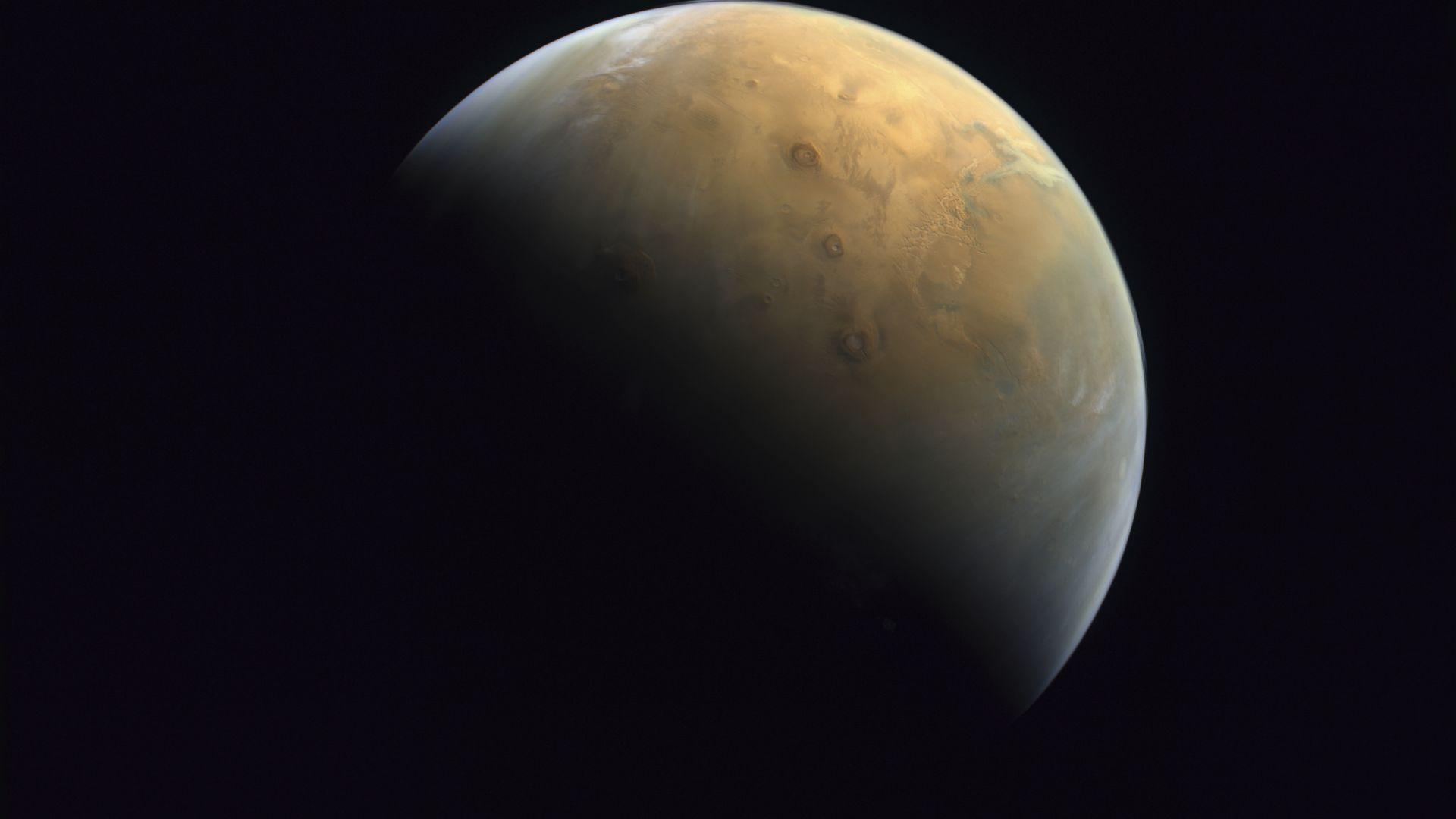 """ОАЕ показа първата снимка на Марс, направена от сондата """"Амал"""""""