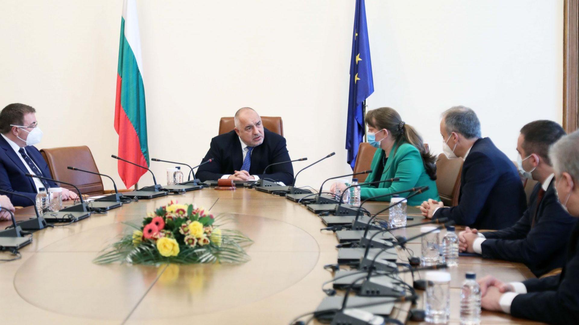 Още 42 000 ученици учат присъствено, за месец с още 120 млн. лв. е подкрепен българският бизнес