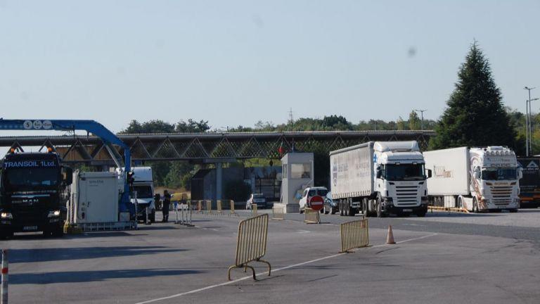 Възстановено е пропускането на товарни автомобили в двете посоки на