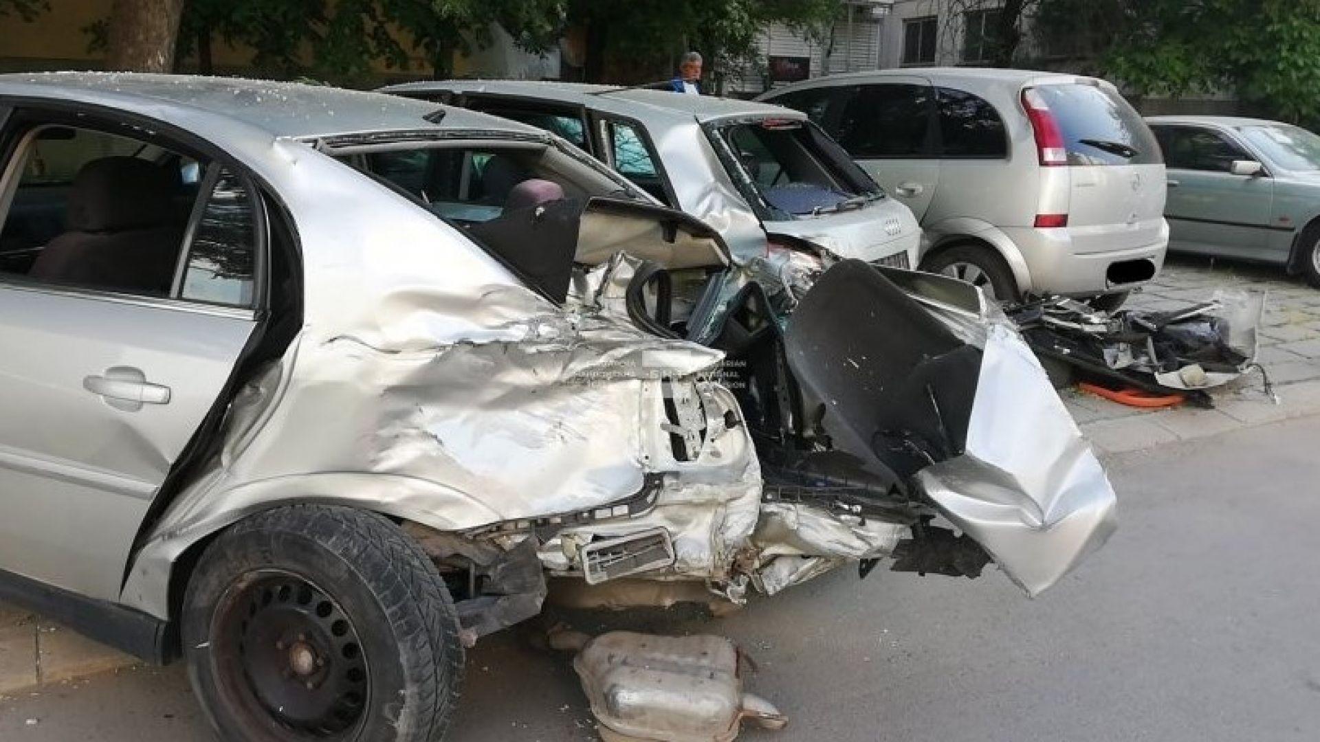 18-годишен с БМВ блъсна три коли и избяга