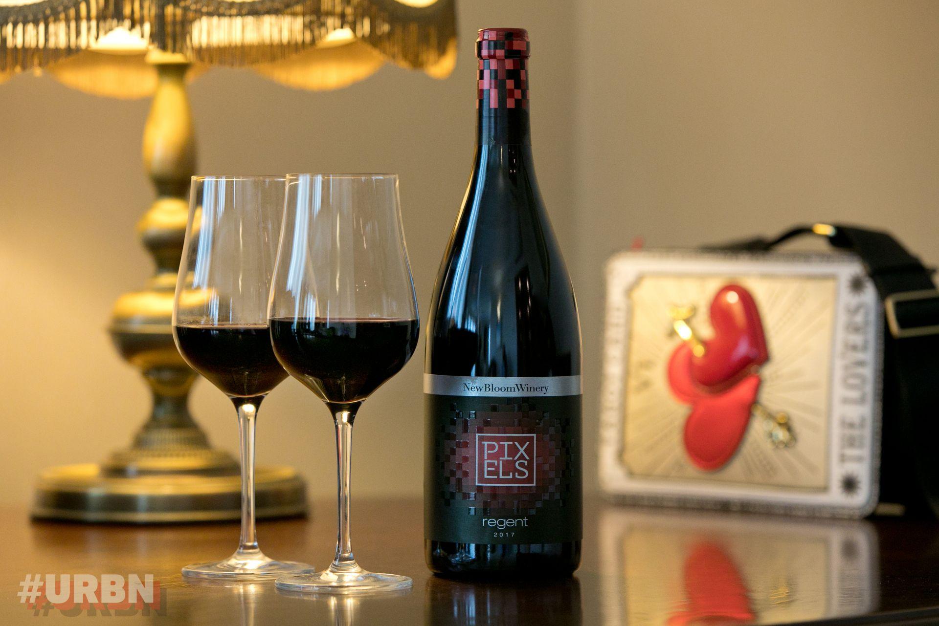 """Специален проект на #URBN и Pixels!  Чаши от PIxels Регент, на фона на тематична любовна чанта """"The Lovers"""" на Braccialini, магазин Collective"""