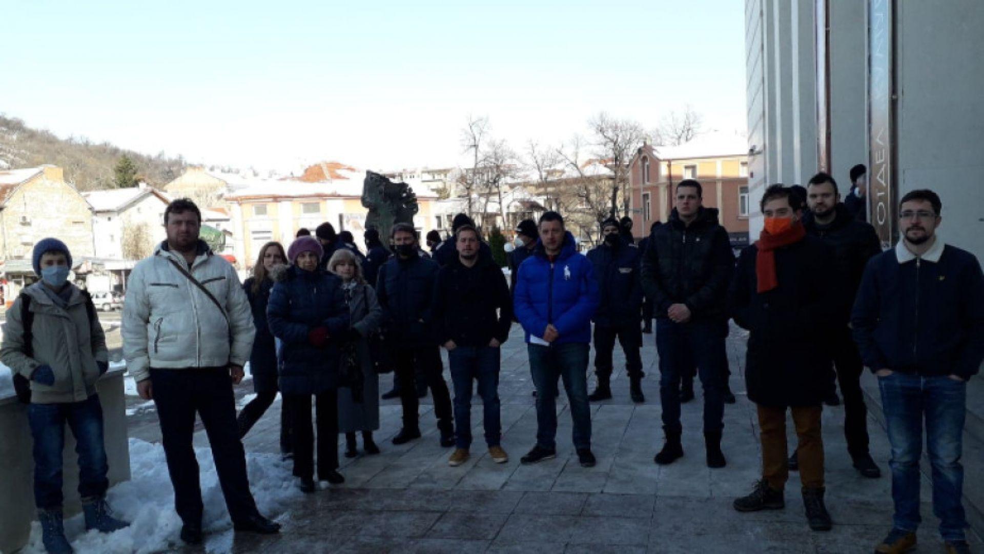 Полицейски кордон и протестиращи посрещнаха пловдивските общинари