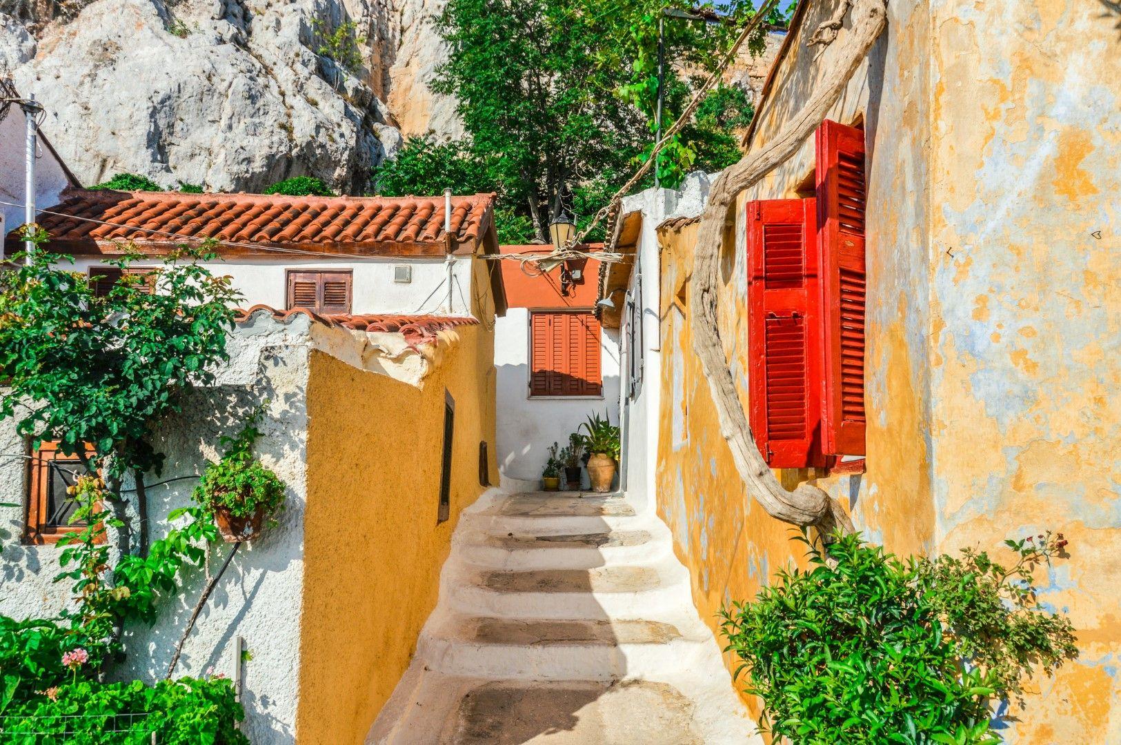 Къщите се вписват в скалите на хълма с Акропола.