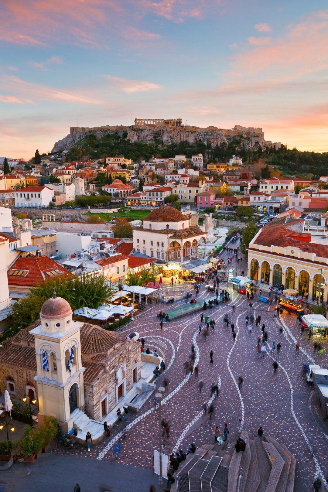 Цветните къщи на Плака и близкият площад Монастираки в Атина.