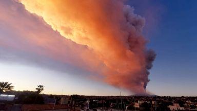 Вулканът Етна изригна зрелищно (видео)