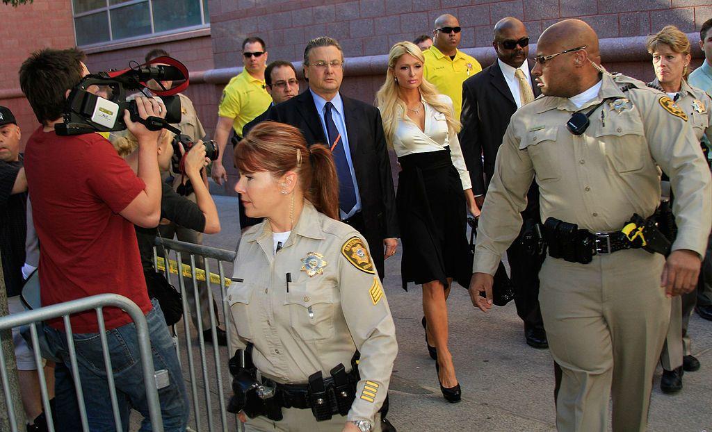 Парис на път към съдебната зала в Лас Вегас през 2010 г.