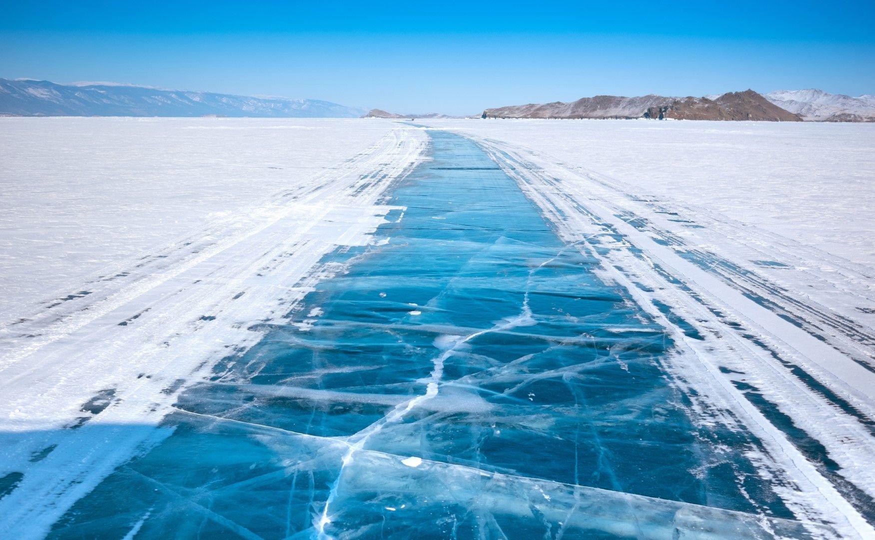 Зимен път върху езерото Байкал