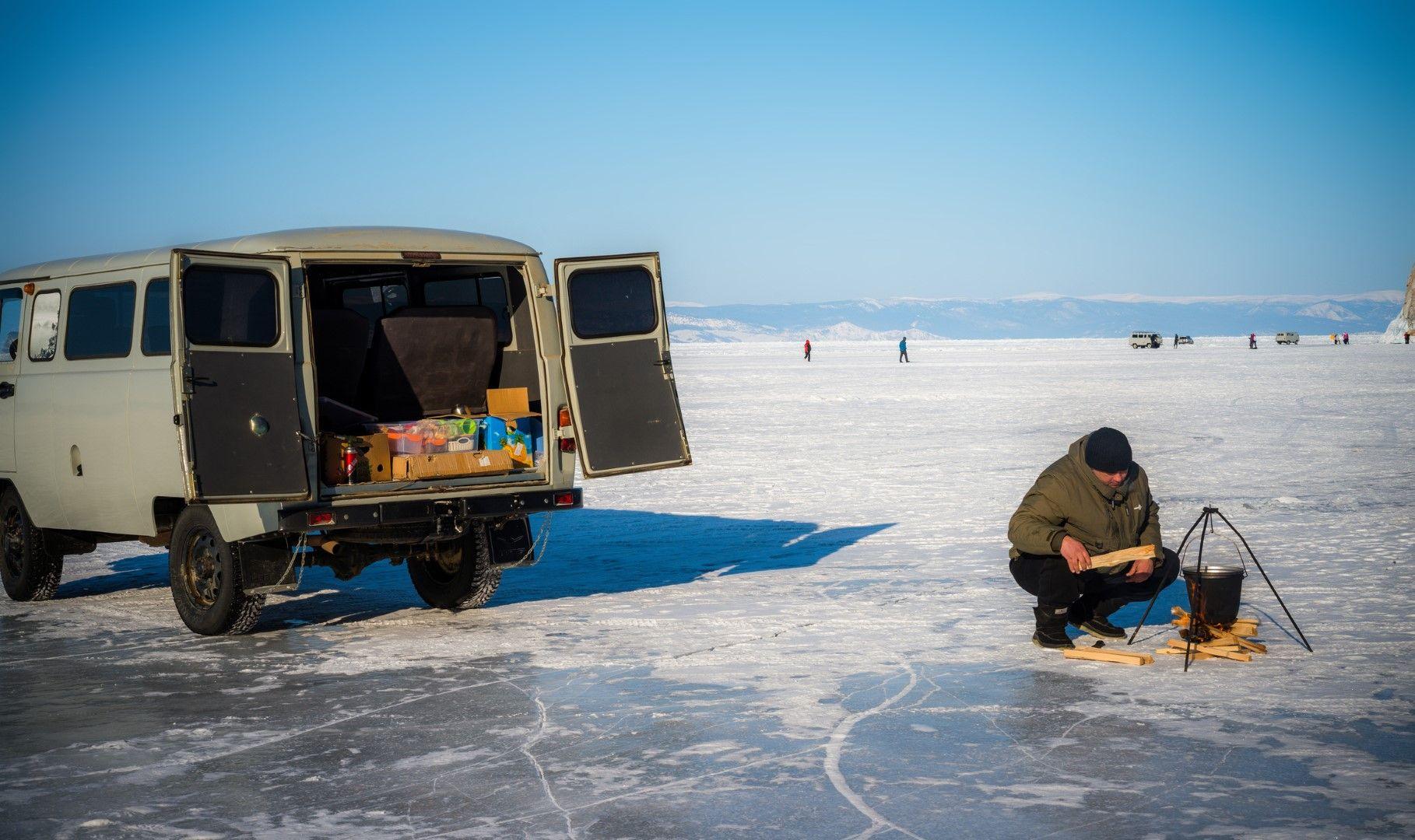 Гид приготвя обяд за туристите
